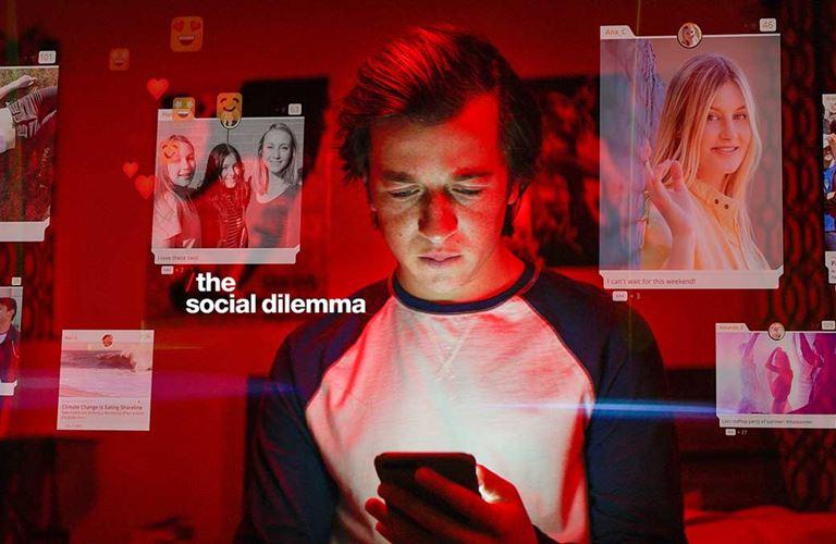 كيف تهيمن وسائل التواصل الاجتماعي على حياة مستخدميها؟