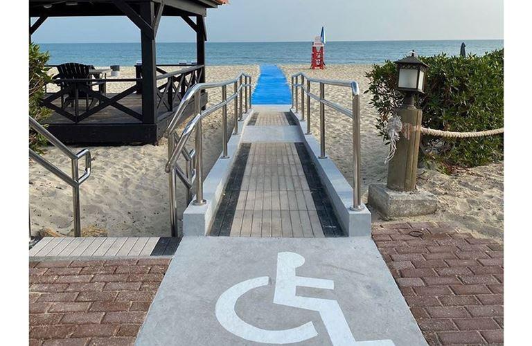 ممراتٌ جديدة تمكن أصحاب الإعاقة من الوصول إلى البحر في رأس تنورة