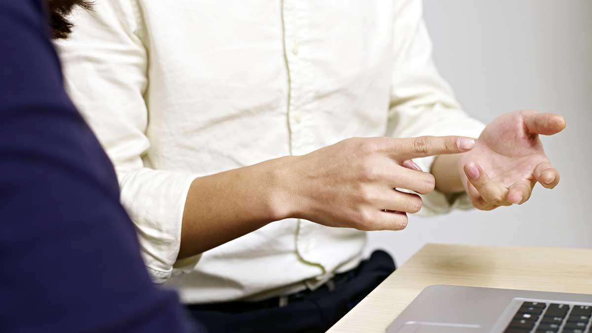 أهمية إشارات اليدين أثناء الحديث