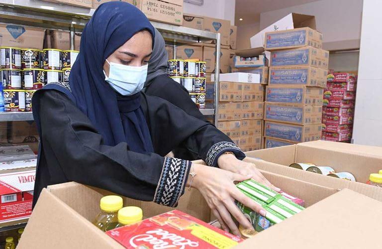 متدربو أرامكو السعودية يشمرون عن سواعدهم لتجهيز الوجبات والسلال الغذائية