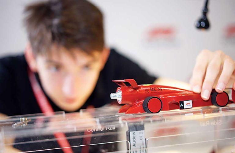 الطلاب الموهوبون في مجالات العلوم والتقنية يتنافسون للفوز بالمراكز الأولى