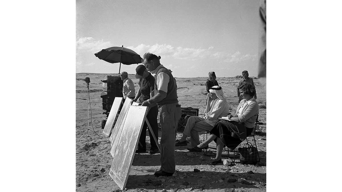فريق إنتاج سينمائي في قلب الصحراء