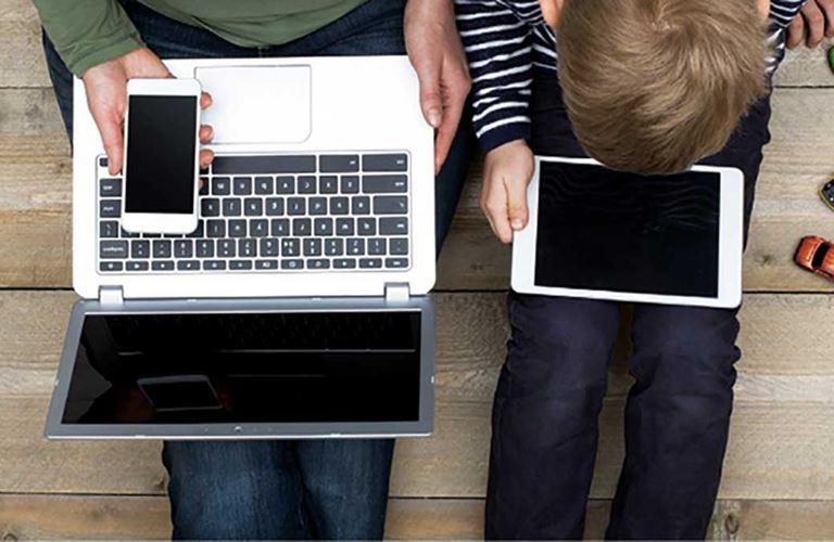 أنت وطفلك وإدمان الأجهزة الإلكترونية